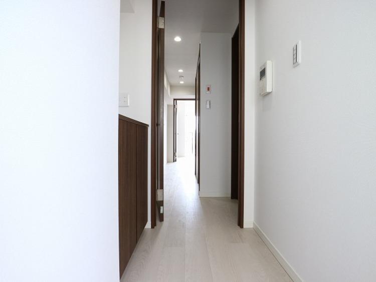 玄関を開けると、明るい日が差し込む廊下。優しく迎えてくれる、安らぎに満ちた生活空間を予感させてくれます。