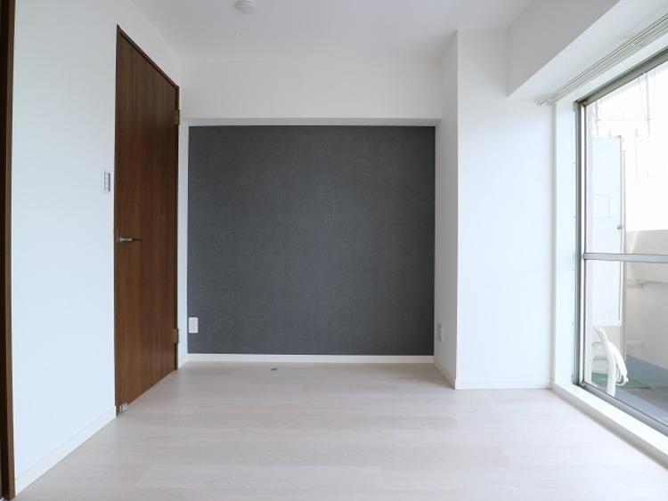 洋室の壁の一部にアクセントクロスを採用。ただ暮らすだけでなく、快適さを求めて毎日気持ちの良い日々を。