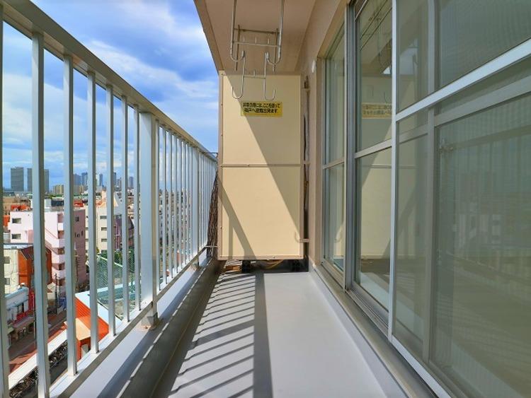 洋室に面した広々したバルコニーは、南西向きで日当り良好です。8階ならではの開放感と爽やかな風を感じていただけると思います。
