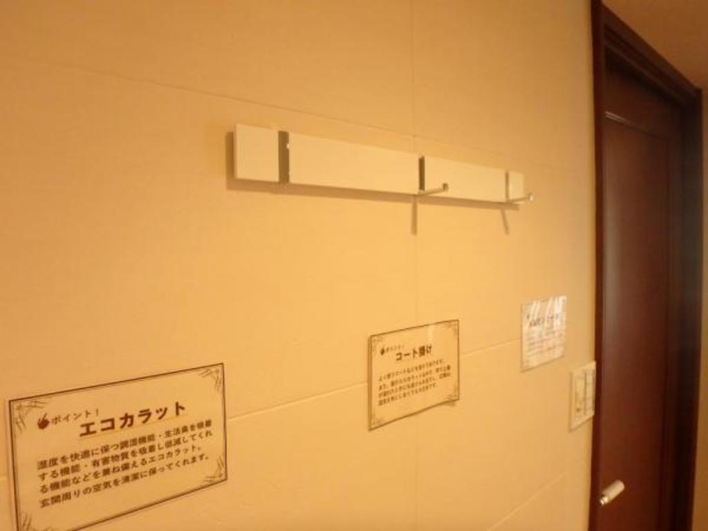 玄関には、コート掛け、エコカラット、小さなこだわりが細部まで行き届いています