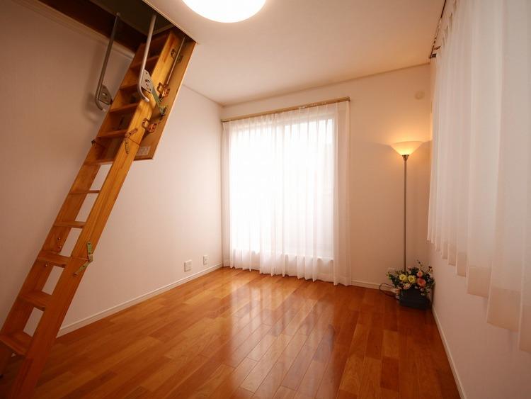 2F洋室に3帖大の小屋裏収納があります。