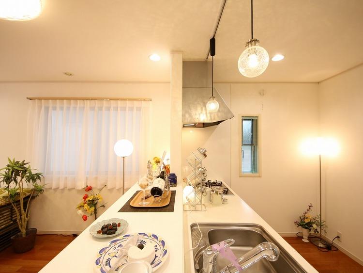 広いキッチンは作業スペースが確保でき、子どももお手伝いがしやすい。対面キッチンは、子どもを見守りながら料理できる点が人気。