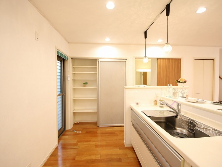 お勝手口の横にキッチン収納棚があります。収納が多い家っていいですね。