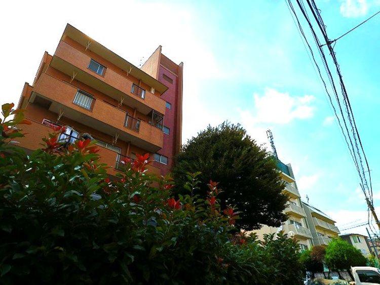 爽やかな青空の下に贅沢なほどに降り注ぐ陽光、豊かな居住性と、クオリティが見事に調和した住空間は、住まうことの喜びを感じさせてくれます。