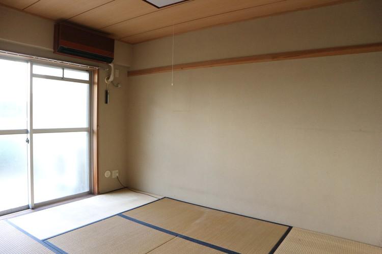 和室6帖。古いタイプのエアコンがございます。
