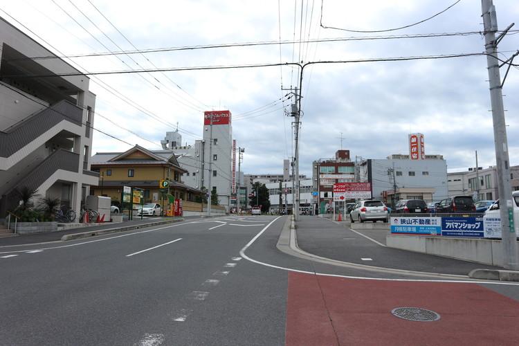 マンション周辺の道路。車の通りはほとんどありません。