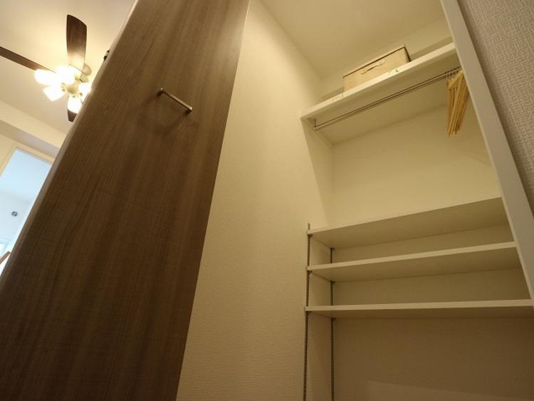 リビングにはマルチWICを設けました。大容量の収納スペースは衣類のほか、日用品などの収納に便利にお使いいただけます。