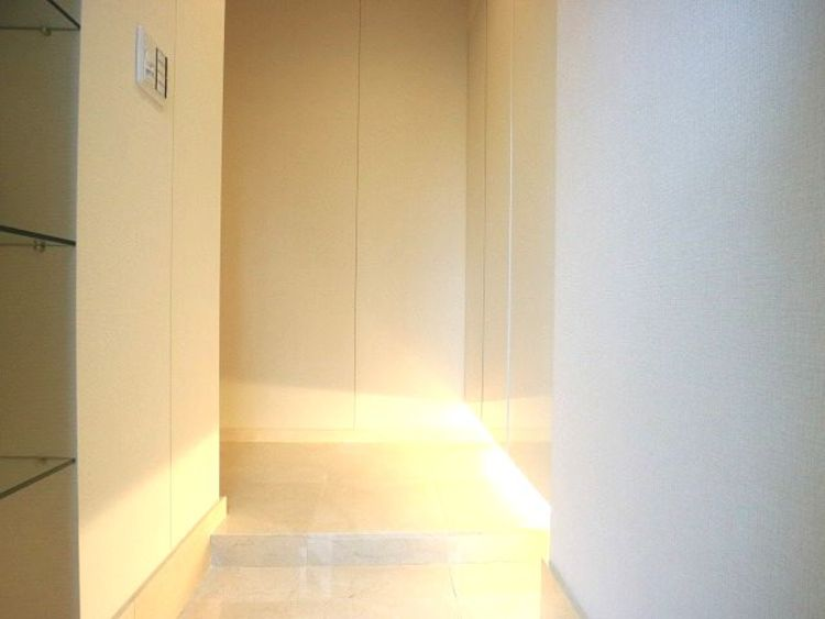 明るく清潔感ある空間を美しい建具が見事に演出。住まいの顔となる玄関は、落ち着きと華やぎの満ちた空間に。ご家族の「行ってきます」「ただいま」を見守り続けます。