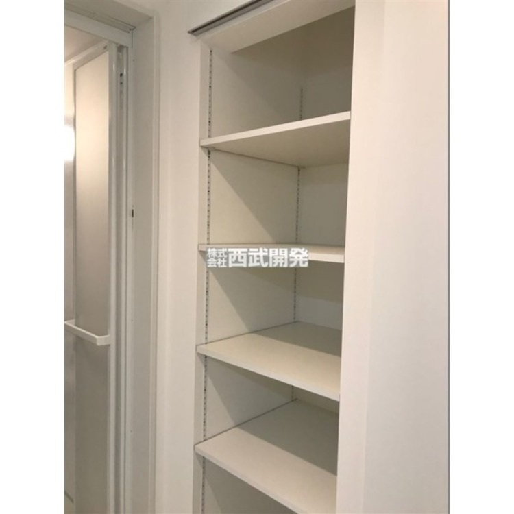 洗面室の収納スペース。タオルや寝間着などを収納しても良いですね!