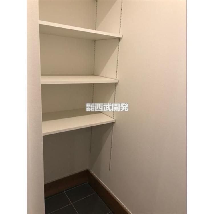 玄関脇のSIC。ベビーカーやスノボ板などの収納にも大変便利です。