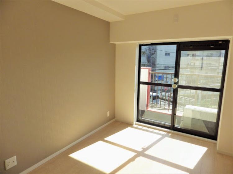 居室も窓が大きく、とても明るいです!