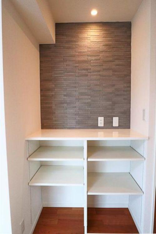 「カウンター収納」LDKのカウンター収納、オシャレな壁面材がうれしい