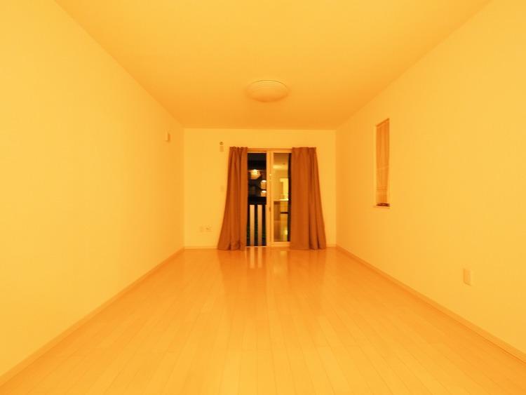 ダイニングとつながる、キッチンガスコンロ前からの風景です。使いやすい洗面室、浴室への動線も考慮したリビング空間。