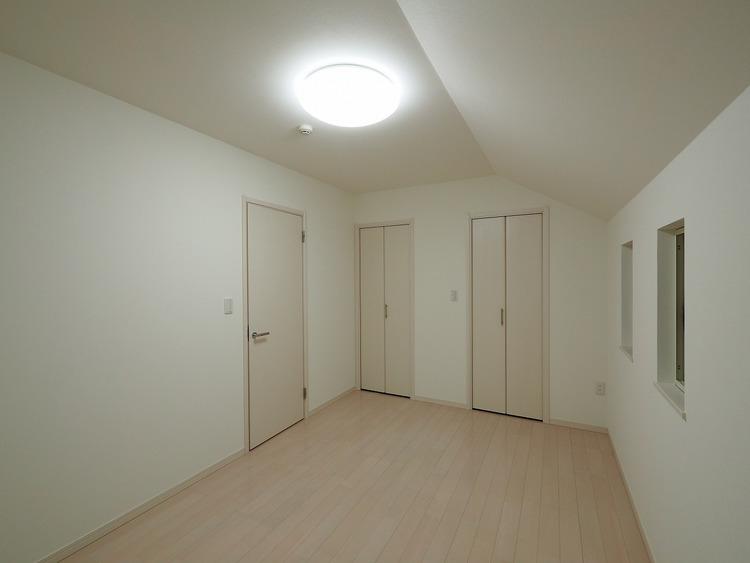一人にひと部屋?収納?書斎?趣味部屋?あるいは客室?部屋数の多い間取りは、家族構成やライフステージの変化にも柔軟な対応を可能にし、家族の選択肢を広げます。