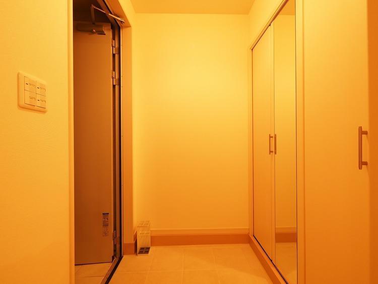 明るい玄関と廊下はご家族を見送り、そして迎え入れる空間。