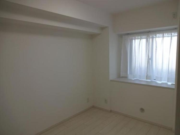 〇机や本棚を置いてもゆとりがある5帖の洋室です!