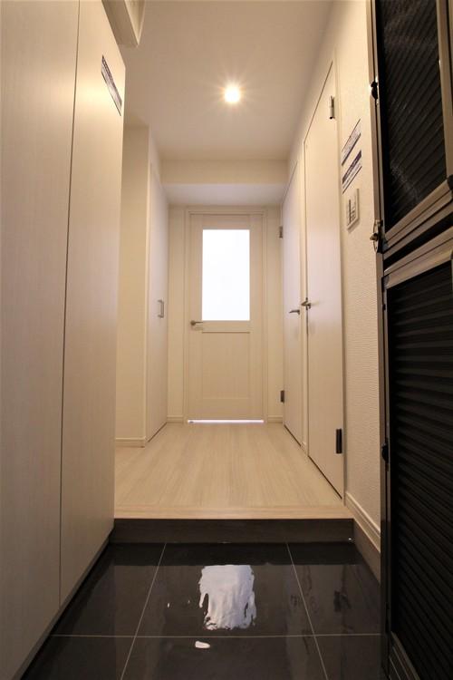 建具などもホワイトで統一された清潔感のある内装。カラフルなインテリアが映えるデザインです