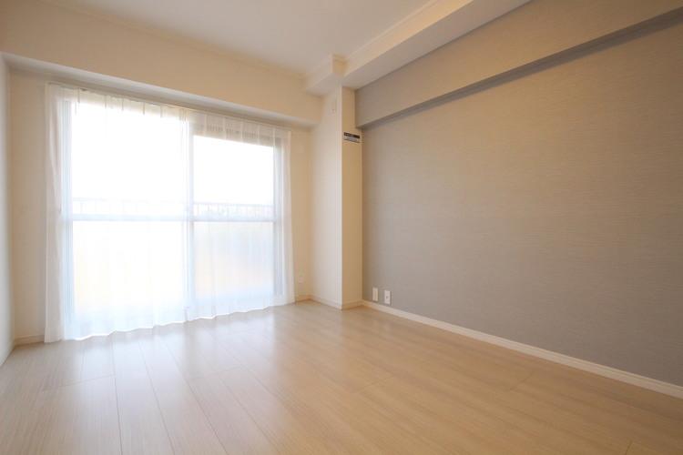 南東向きのバルコニーに面した洋室1。光がよく入り、明るいお部屋となっています