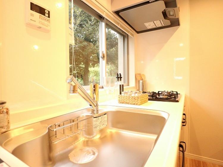 キッチンにも大きな窓があります。明るい光が差し込み、開放的な空間を演出します。