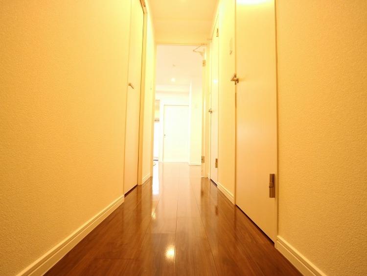 玄関を開けると、明るい日が差し込むリビングへと誘う廊下。一日あったいろんなことを胸に帰る我が家。「ただいま」と「おかえり」が交わされる幸せな空間が待っています。