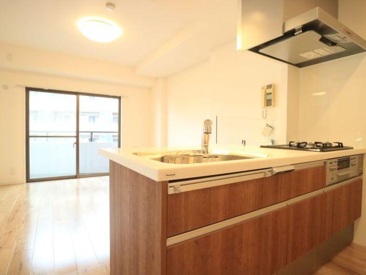ブラウンを基調とした清潔感のあるキッチン。使い勝手の良い設備のキッチンで効率よくお料理ができます。家族の健康はこのキッチンから♪