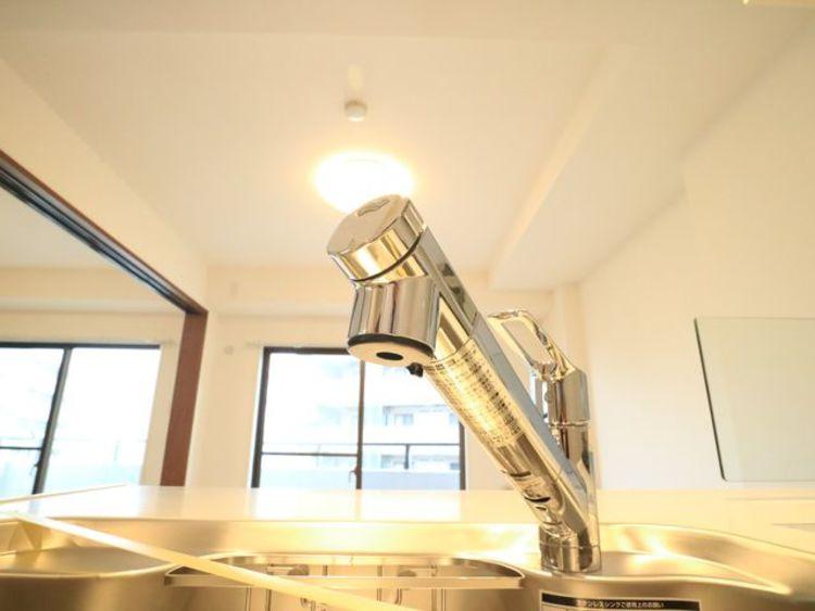 浄水器内蔵型ハンドシャワー水栓を採用しています。ワンタッチ式で浄水機能に切り替えができます。
