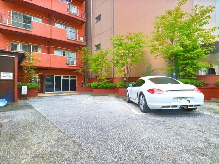 敷地内駐車場は月額35000円で利用可能です。
