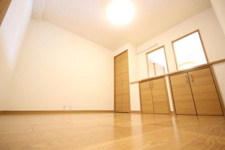 約6帖の洋室は収納も確保されており荷物が多くても安心して過ごせます。