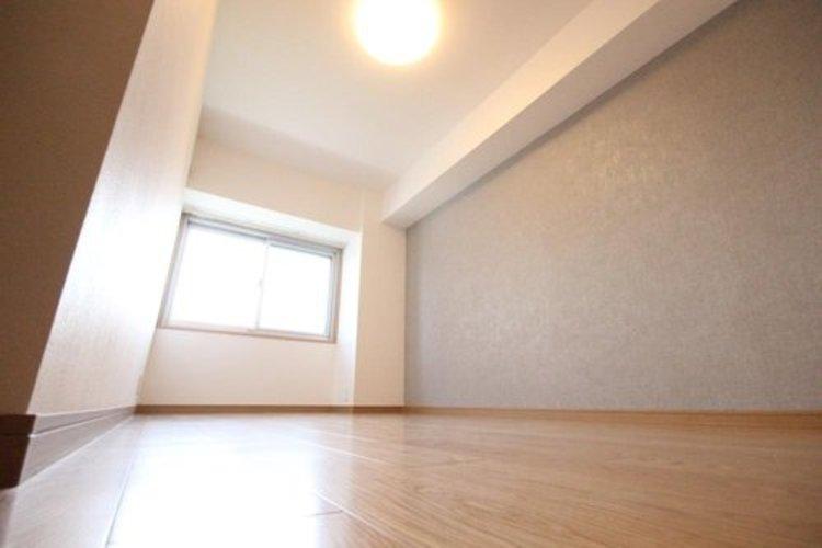 約6.9帖の洋室はクローゼットが2つございます。寝室として使って頂く事もできます。窓からの眺望もよく気持ちよく過ごせます。