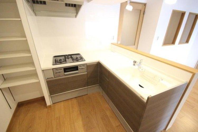 身動きが取りやすいL型キッチンは調理台やカウンター等が広く使える為食材や食器を置けるスペースになっております。