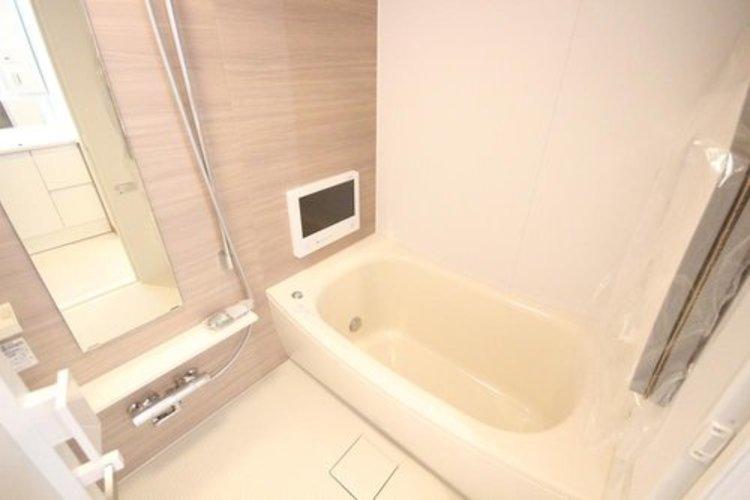 一日の疲れを癒してくれるバスルームには浴室テレビもついております。ゆったりと寛いでいただける空間でございます。