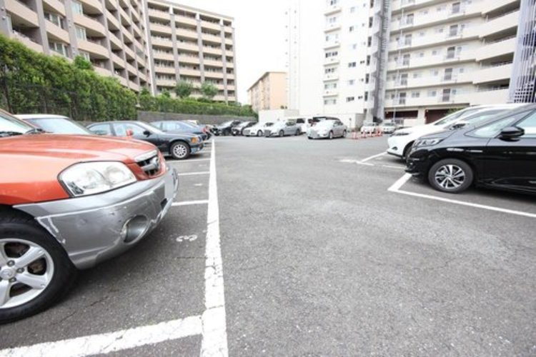 敷地内駐車場がございます(空き要確認)。スペースが広いので駐車もしやすく大変便利です。