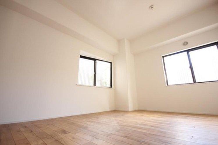 二面の窓を備えており、明るい陽光が降り注ぎます。