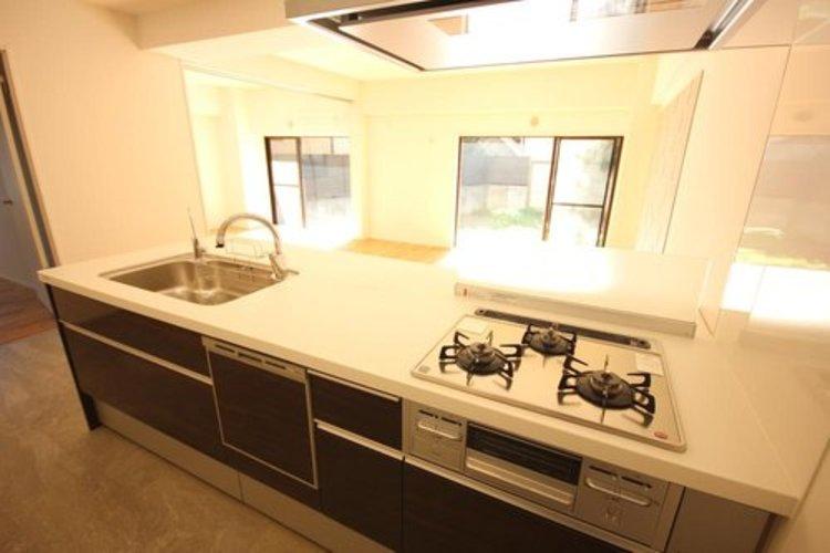 うれしい食洗機付きのカウンタータイプキッチンです。