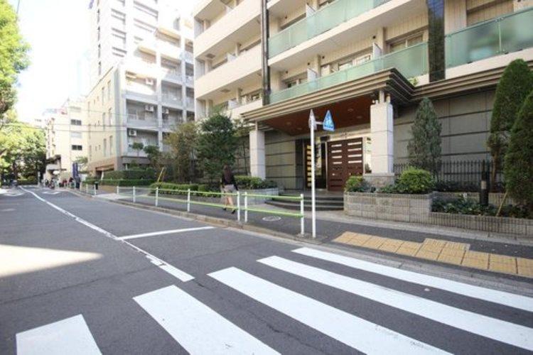 前面道路ともフラットで交通量も少なく安心・安全な立地です。