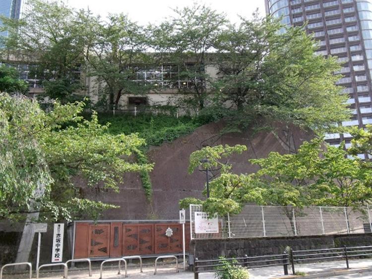 港区立赤坂中学校まで750m 東京都港区赤坂にある公立中学校。 知・徳・体の調和のとれた生徒を育成することを教育目標としている中学校。
