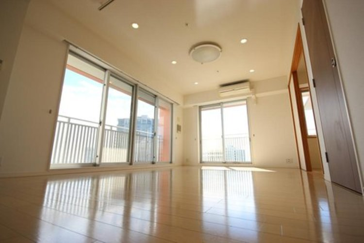 家族団らんのリビングスペースは白を基調としたとても居心地の良い空間に仕上がっております。