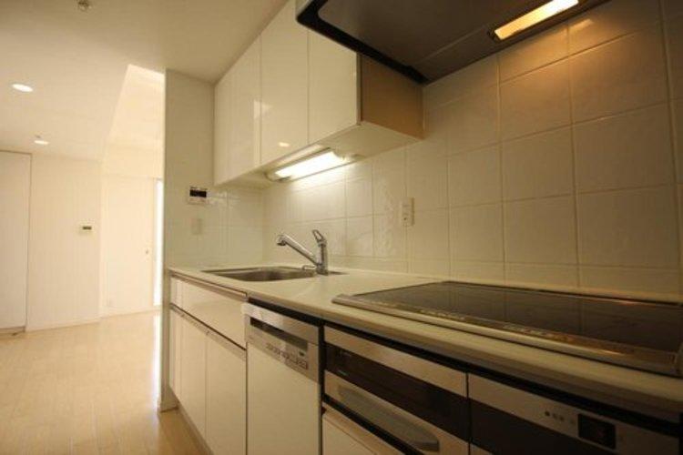 リビングにキッチンがないため、生活臭が少なくスッキリした空間が生まれます。またプライバシーを確保できるため人を招きやすく、ホームパーティーもより快適に。