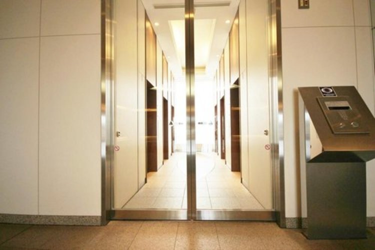 オートロックの最大のメリットは、訪問営業や勧誘を断りやすいこと。玄関前までセールスが来ないため、しつこくされ困ることがありません。住人と関係者しか入れない環境は安心感があります。