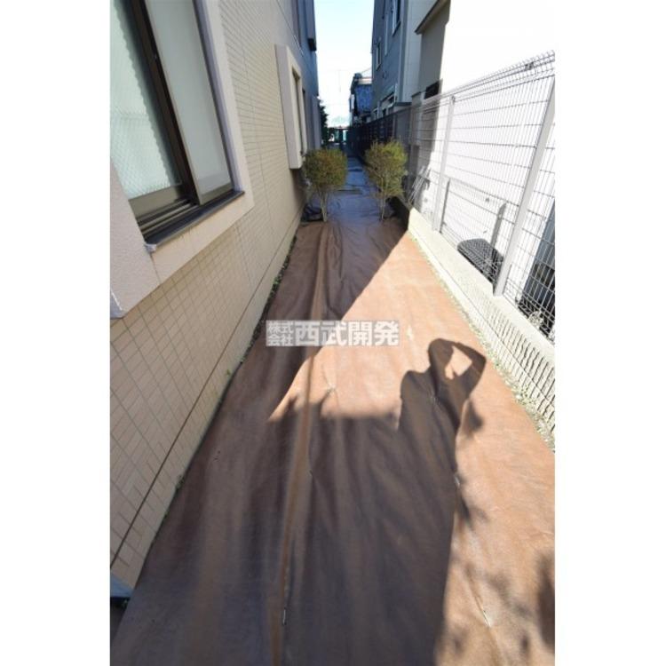 お庭からサイドテラスにつながった角部屋ならではのアプローチ。戸建のようなゆとりがあります。