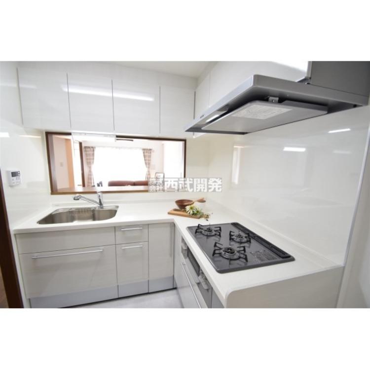 新規設置のキッチン。L字型のキッチンは家事仕事中の移動距離が少なくて使いやすいですよ!