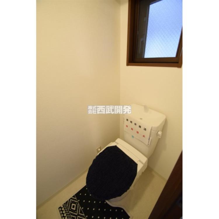 トイレについた小窓は換気に役立ちます。その他暗くなりがちな空間も明るくなりますよ!