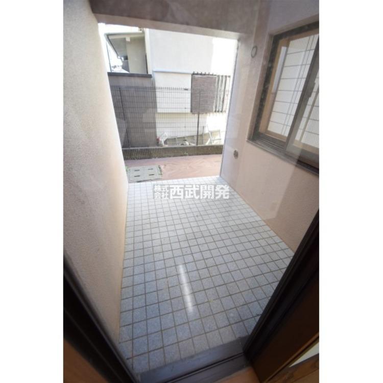 キッチンの隣スペースにはサイドテラスがあり、便利に利用できそうです。