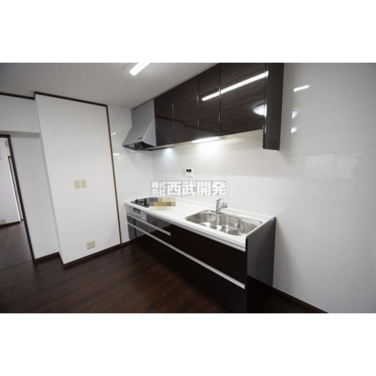 【キッチン】吊り戸棚も付いて収納力豊富です!広々ワイドシステムキッチン!