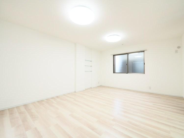 リビングには飾り棚が設置してあります。15帖のリビングを好みの空間にしてみては。