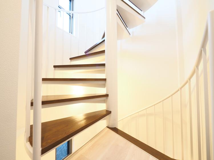 らせん階段から降り注ぐ陽光は室内を明るく照らしてくれます