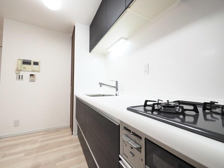 オープンスタイルキッチンは、シンクとカウンターが接合され、お手入れもしやすいデザイン性と機能性を兼ね備えたタイプ。