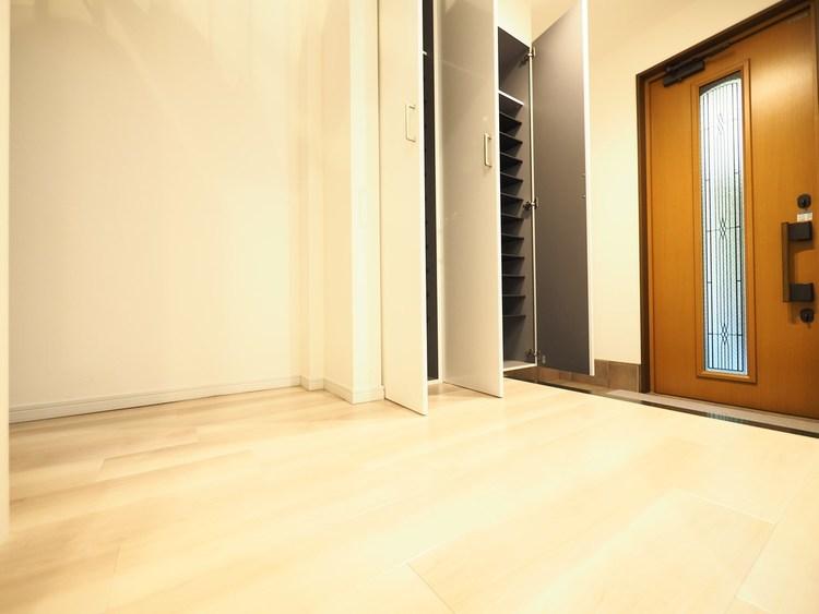 スッキリとした玄関スペースには収納力のあるシューズボックス。清潔感のあるホワイトを基調とした明るい空間になっております。