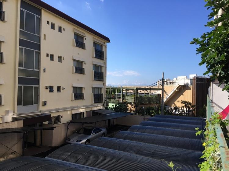 バルコニーからの目線は駐車場の屋根よりも高い位置にございます。