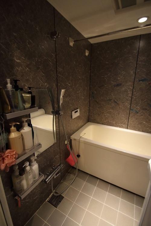 落ち着いた内装の浴室です。